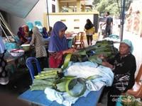 Pali pali (lontong) sedang disiapkan para ibu.