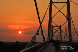 Menikmati Sore yang Asyik di Jembatan Barito