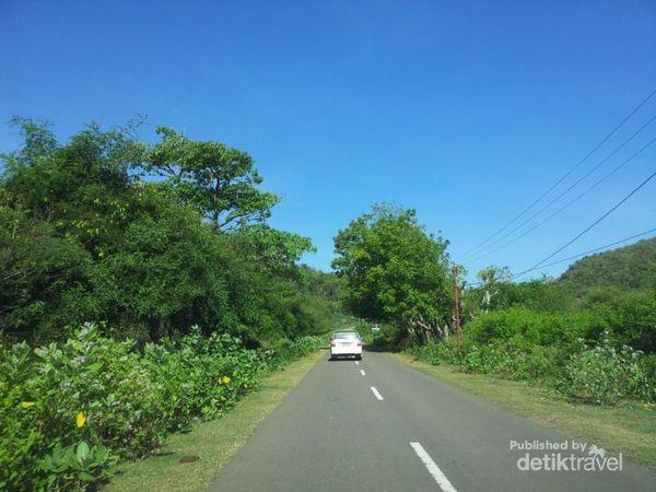 Jalan menuju tempat ini pengunjung melewati alam yang hijau dan angin yang segar di sepanjang perjalanan