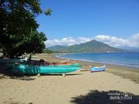 Di pantai ini terdapat juga perahu - perahu nelayan yang sedang parkir menambah keindahan dan daya tarik dari pantai ini