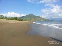 Suasana pemandangan pantai Poto Balat yang selalu bersih dan asri menambah keindahan di tempat ini