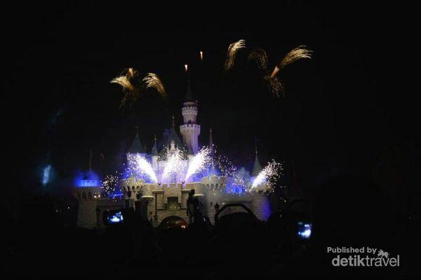 Pesta Kembang Api Di Disneyland Hong Kong, Meriah!