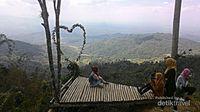 Akses jalan yang sangat mudah, dari Kota Yogyakarta butuh waktu sekitar 1jam 20 menit untuk menuju ke Kebun teh Nglingo, jalan yang dilewati sudah aspal semua, ditambah pemandangan nan indah di kanan kiri jalan menuju kawasan perbukitan Menoreh