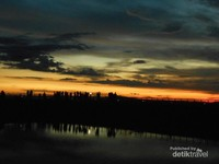 Para penanti sunset dari kejauhan