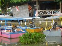 Perahu yang disewakan untuk mengelilingi Rawa Pening