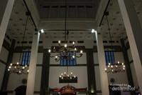 Lampu hias di ruang tunggu Stasiun Semarang Tawang