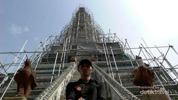 Selfie dulu dengan puncak Wat Arun yang menjulang, sebelum belanja oleh-oleh di pasar oleh-oleh Wat Arun