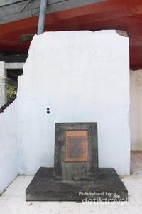 Plakat di bagian bawah monumen kapal
