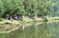 Sejak ditetapkan sebagai salah satu destinasi wisata di Kab. Bandung Jawa Barat, banyak wisatawan lokal yang ingin menyaksikan keindahan alam Situ Cisanti. (Santi Gantini/Detik travel)