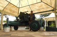 Ini kendaraan tempur yang di pajang di Tugu Pahlawan