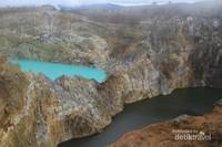 Pada saat Soeharto lengser, salah satu danau ini berwana merah seakan menjadi pertanda bergantinya dinasti. Walaupun tampak dekat,  jika kita melempar batu ke dalam danau maka tidak akan pernah sampai ke danaunya . Terbukti iya, salah satu dari kawan kami mencobanya, dan tidak sampai