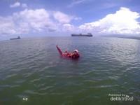 Snorkeling di sekitar rumah apung