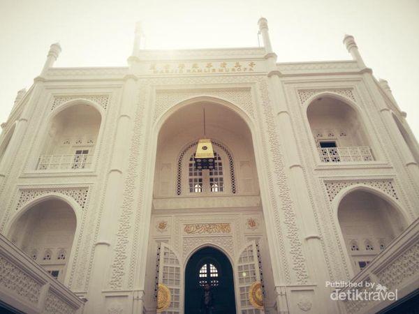 Cantiknya Masjid Ramlie Musof yang berwarna putih dengan nuansa Taj Mahal