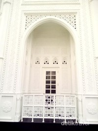 Cantiknya jendela masjid