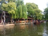 Pohon-pohon rindang di sepanjang kanal