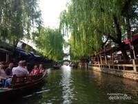 Turis asing menikmati suasana kanal