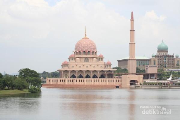 Putrajaya sendiri merupakan kawasan di ibukota Kuala Lumpur yang memang tidak asing bagi para traveler. Mari kita lihat, Masjid Pink misalnya, masjid di kawasan Putrajaya ini menjadi ikon yang unik karena selain di dominasi warna pink, masjid ini juga dilengkapi dengan kubah yang berisikan lukisan dan kaligrafi yang indah