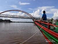 Wisata susur sungai dengan pemandangan Jembatan Kahayan