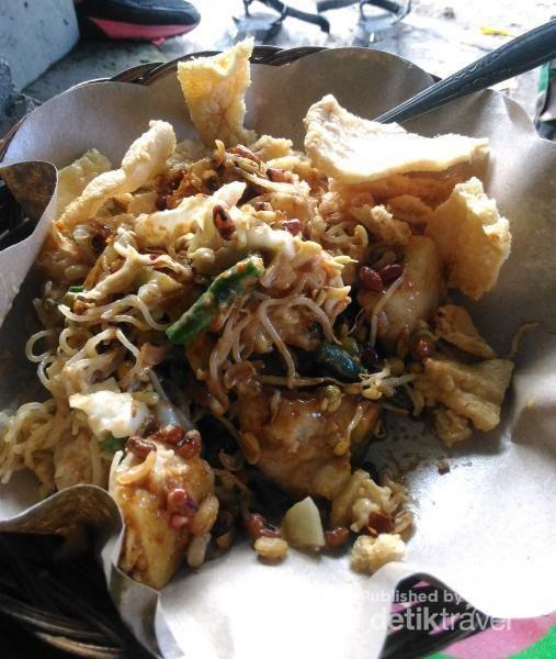 Tipat Samtok, makanan Khas Bali berisi sayur toge, kacang panjang, bihun dan lontong, tak lupa juga bumbu kacangnya seperti gado gado dan di taburi kacang kedele goring dan kerupuk kacang (pokoknya serba Kacang).
