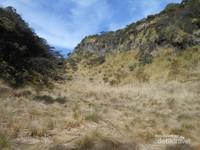 lahan luas yang dapat digunakan untuk bermalam sebelum menuju puncak