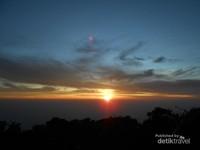 momen yang dicari para pendaki, melihat matahari terbit. warna keemasan yang sangat indah