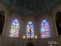 Ornamen kaca mozaik menghiasi dinding altar Gereja