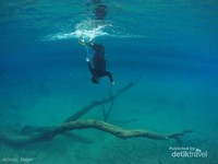 Demi Foto keren di bawah dasar Labuan Cermin, latihan freedive di Kolam renang setiap weekend pun dijalani.