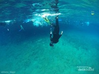 Air Danau Labuan Cermin sangat dingin hingga menusuk tulang. jangan lupa peregangan dan penyesuaian suhu tubuh sebelum masuk ke Danau Labuan Cermin.