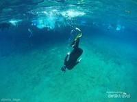 Siapkan alat snorkelingmu. Tak perlu repot membawa dari rumah. di dekat loket tiket Danau Labuan Cermin banyak rental alat snorkeling.