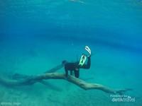 Harus berani untuk melakukan sesi foto underwater. Dasar labuan cermin memiliki kedalaman bervariasi. Spot foto saya sangat dekat dengan dermaga apung Danau Labuan Cermin