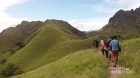 Berjalan menuju puncak Pulau Padar