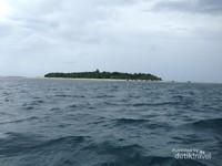 Pulau Sangalaki dari kejauhan, tidak terlalu besar namun istimewa