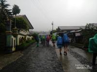 Diguyur hujan selama pendakian dari basecamp menuju pos 1