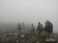 Perjalanan ke Puncak Sindoro, kabut tebal mulai menutupi jalur ke puncak.