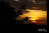 Sunrise yang indah yang bisa kamu nikmati dan rasakan kehangatannya Di kebun buah mangunan