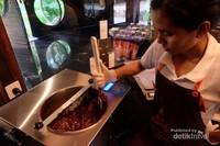 Hendrika memraktekkan proses memanaskan coklat sebelum dicetak.