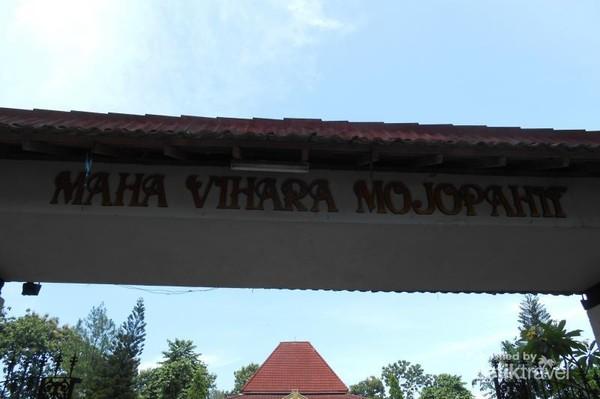 Patung Budha Tidur tersebut berada di Kompleks Maha Vihara Mojopahit, Trowulan, Mojokerto