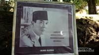 Di Sekitaran situs ini memang banyak terdapat beberapa tulisan orang penting seperti Soekarno