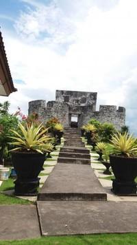 Benteng ini berada di sebuah bukit kecil dan berada di tidak jauh dari laut