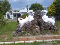 Dua patung singa di halaman depan keraton
