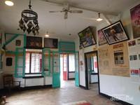 Bangunan museum ini adalah sebuah rumah tua berusia ratusan tahun yang dialihfungsikan oleh Andrea Hirata, selain itu beliau juga memanfaatkan warga setempat untuk mengelola museum