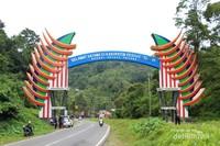 Gapura selamat datang di Kabupaten Pesisir Selatan