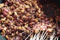 Daging yang hendak dibakar direndam bumbu terlebih dahulu