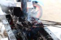 Sate Matang sedang dibakar di atas pemanggang