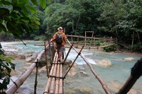 Jembatan dari bambu, sebelum sampai air terjun, kita harus melewati jembatan ini.
