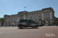 Istana Buckingham sesaat sebelum pergantian penjaga dilakukan