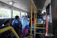 Suasana di dalam bus di bagian bawah