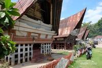 Suasanan perkampungan adat Batak di pulau Sibandang