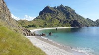 Salah satu pantai berpasir putih bersih di Pulau Padar