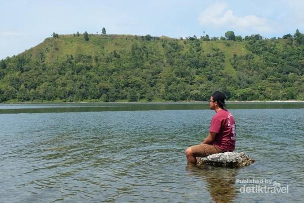 Santai menikmati keindahan danau Toba sekaligus pantai Pakkodian